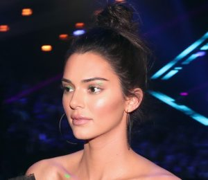 Kendall Jenner had Green Negative-Space Eyeliner for People's Choice Awards